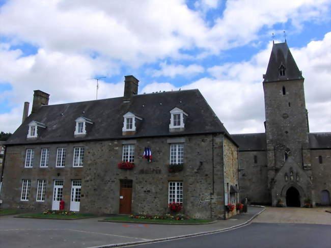 Mairie et en arrière plan l'abbaye - Lonlay-l'Abbaye (61700) - Orne